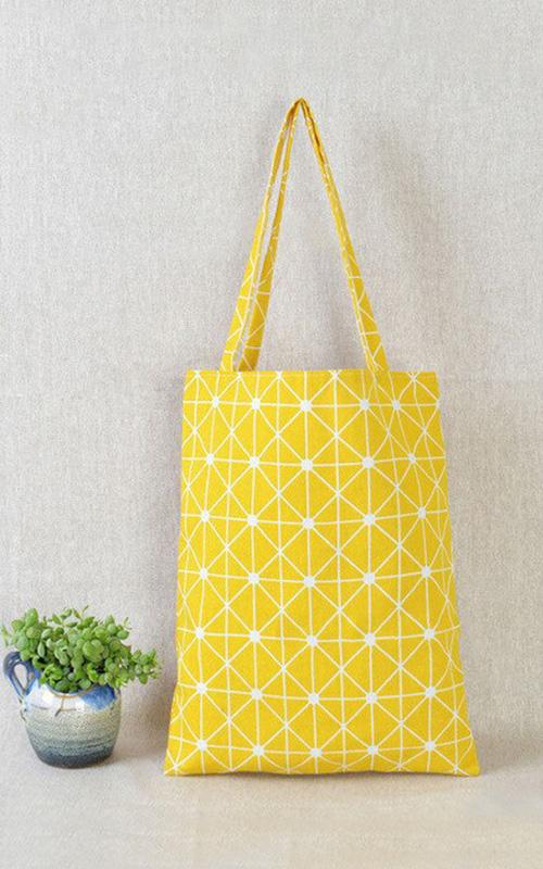sac en lin jaune aux motifs géographiques pour la cuisine