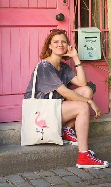 Tenue avec sac flamant rose cocktail
